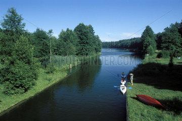 Kanus fahren auf einem Kanal