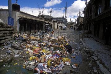 Strasse voller Abfall