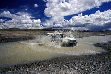 Gelaendewagen beim Durchqueren eines Flusses