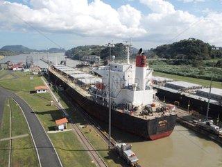 Frachtschiff im Panama-Kanal