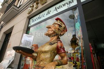 Figur eines roemischen Soldaten vor Souvenirladen Jakobsweg - Camino de Santiago