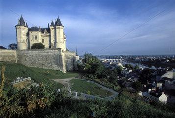 Schloss thront ueber der Loire