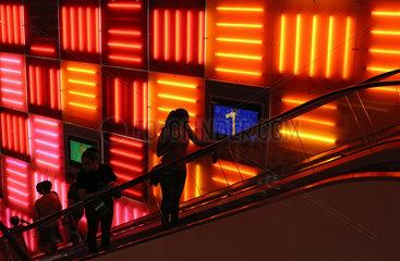New York City  USA  Menschen auf einer Rolltreppe in der Toys-R-Us Filiale