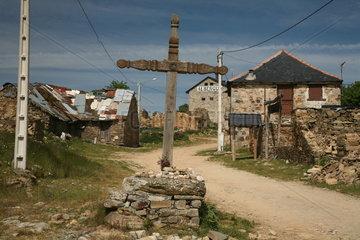 Kreuz in kleiner Ortschaft am Jakobsweg - Camino de Santiago