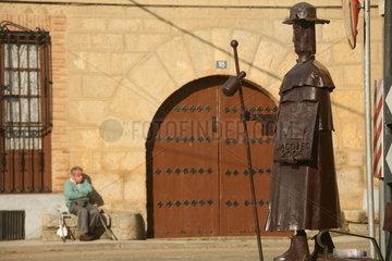 Skulptur eines Pilgers auf dem Jakobsweg - Camino de Santiago