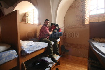 Pilger auf Doppelstockbett in Herberge auf Jakobsweg - Camino de Santiago