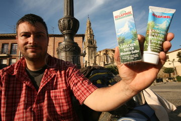 Pilger zeigt seine Rheumasalbe - Jakobsweg - Camino de Santiago