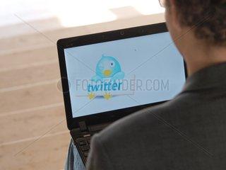 Twitter-Nutzer an einem Computer