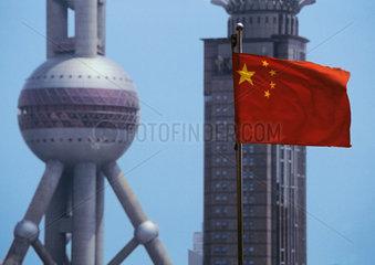 China - Shanghai: chinesische Flagge vor Fernsehturm Perle des Ostens