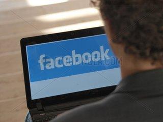 Facebook-Nutzer am Computer