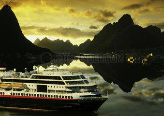 Norwegen - Lofoten: Kreuzfahrtschiff vor Reine