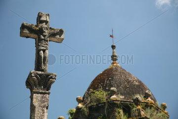 Kirche mit Kruzifix am Jakobsweg - Camino de Santiago