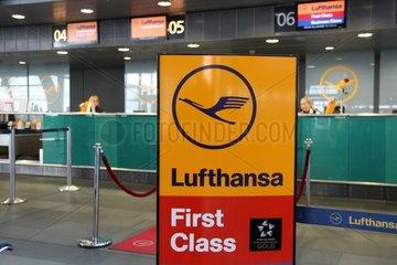 Lufthansa-Check-in-Schalter am Flughafen