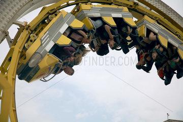 GB Brighton - Seebruecke - Menschen fahren Achterbahn - Looping