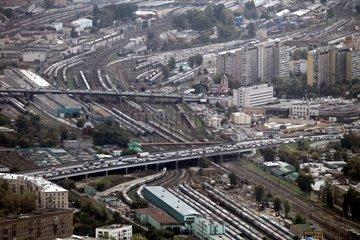 Strassenverkehr und Zugverkehr in Moskau (Russland)