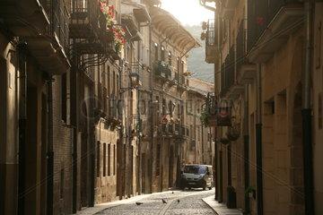 Gasse einer kleinen Stadt am Jakobsweg - Camino de Santiago