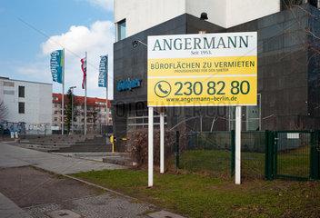 Berlin  Deutschland  Werbeschild des Immobiliendienstleisters Angermann