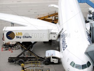 LSG Sky Chefs beladen Lufthansa-Maschine am Flughafen