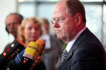 Peer Steinbrueck vor TV-Kameras