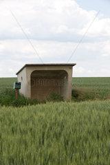 Dijon  Frankreich  Betonhuette und Briefkasten auf dem Land