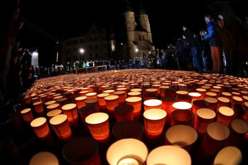 Weltrekord-Versuch: Groesstes Lichterherz der Welt in Halle (Saale)