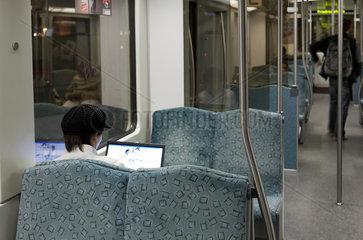 Berlin  Deutschland  eine Frau mit Laptop in einer S-Bahn
