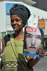 Suedafrika: Strassenverkaeuferin mit Modezeitung