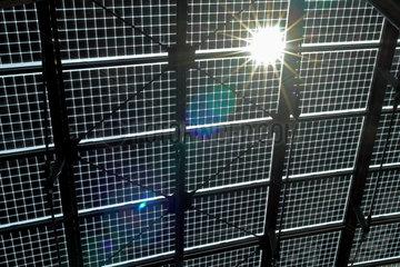 Sonne scheint durch Solarzellen