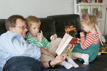 Grossvater mit Enkel und Enkelin