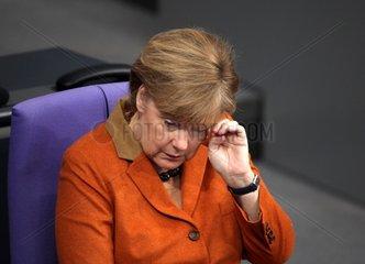 Angela Merkel reibt ihr Auge