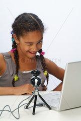 Hamburg  Deutschland  Portraet eines Maedchens mit einem Laptop