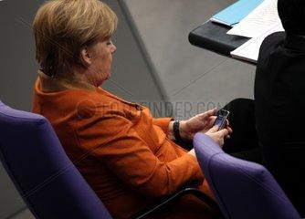Angela Merkel mit ihrem Handy