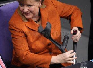Angela Merkel mit Kruecken