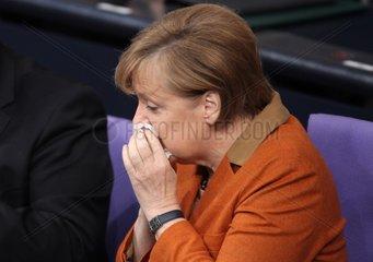 Angela Merkel putzt sich die Nase