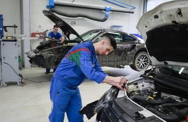 Auszubildender zum Karosserie- und Fahrzeugbaumechaniker  Ennepetal  Nordrhein-Westfalen  Deutschland  Europa