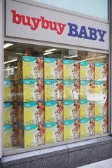 New York City  USA  Schaufenster mit Verpackungen von Babywindeln