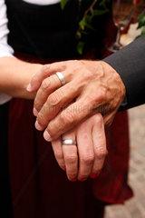 Villach  Oesterreich  Hochzeitspaar zeigt die Ringe