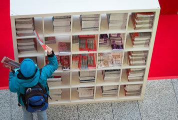 Berlin  Deutschland  Infobroschueren am Ticketschalter fuer Berlinale Kinokarten