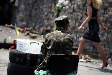 Mann in Camouflage auf dem Maidan in Kiew
