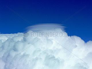 Cockpitblick auf Wolkentuerme am Himmel