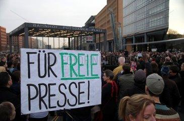 Protest gegen US-Politik und Meinungs-Diktatur am 31.03.2014 in Berlin / Potsdamer Platz
