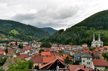 Todtnau  Deutschland  Stadtansicht mit dem Schwarzwald im Hintergrund