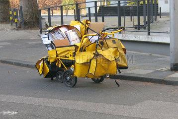 Briefzustellung mit Handwagen