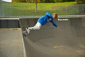 Zwoelfjaehriger Skater  Lohserampe  Skateboardbahn in Koeln  Nordrhein-Westfalen