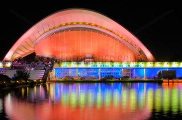 Berlin  das beleuchtete Haus der Kulturen der Welt nachts