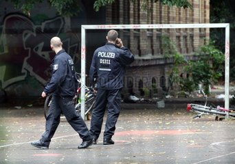 Polizei vor der Gerhart-Hauptmann-Schule in Berlin-Kreuzberg am 01.07.2014