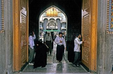 Eingang zur Grabmoschee im iranischen Qom