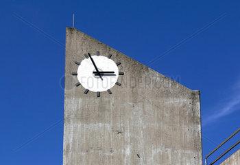 Uhr auf Betonpfeiler