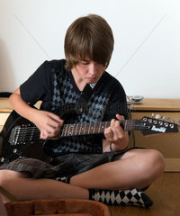 Junge spielt E-Gitarre