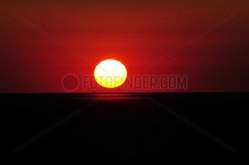 Blutroter Sonnenuntergang vor Sankt Peter Ording